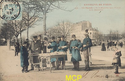 Carte postale représentant des marchands ambulants vendant des cartes postales. Cette carte est exposée au musée de la carte postale, à Antibes.