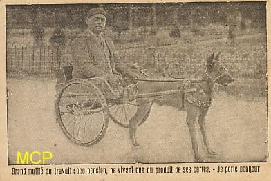Carte postale représentant l'un des marchands ambulants vendant des cartes postales. Cette carte est exposée au musée de la carte postale, à Antibes.