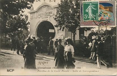 Carte postale montrant l'exposition au pavillon de la carte postale à Marseille, en 1908. Cette carte est exposée dans le musée de la carte postale à Antibes.