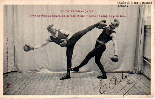 Carte postale illustrant la Boxe Française, issue de l'exposition temporaire présentée par le Musée de la Carte Postale, à Antibes.