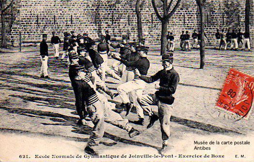 Carte postale illustrant un exercice de Boxe Française, issue de l'exposition temporaire présentée par le Musée de la Carte Postale, à Antibes.