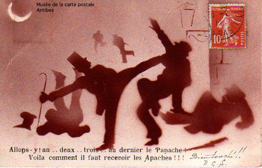 Carte postale illustrant la Boxe Française comme moyen de défense, issue de l'exposition temporaire présentée par le Musée de la Carte Postale, à Antibes.