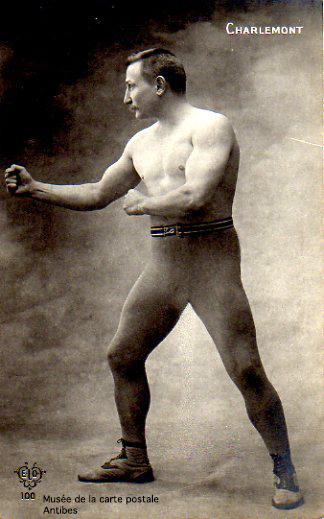 Carte postale illustrant un boxeur de Boxe Française, issue de l'exposition temporaire présentée par le Musée de la Carte Postale, à Antibes.