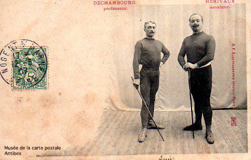 Carte postale illustrant un professeur de Boxe Française, issue de l'exposition temporaire présentée par le Musée de la Carte Postale, à Antibes.