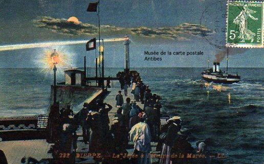 """Carte postale de la jetée de Dieppe, à l'heure de la marée, illustrant bien """"l'effet nocturne""""."""