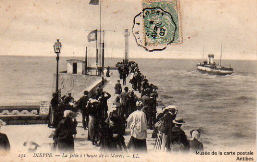 Carte postale de la jetée de Dieppe, à l'heure de la marée.