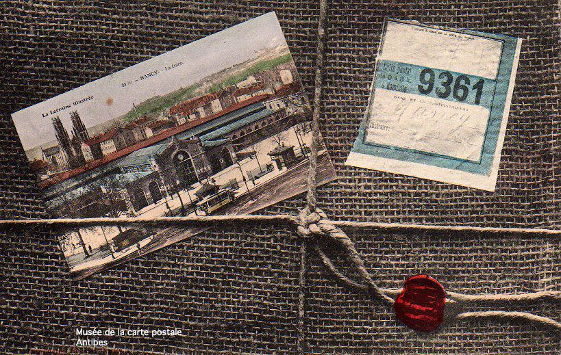 Carte postale représentant une carte postale et un colis.