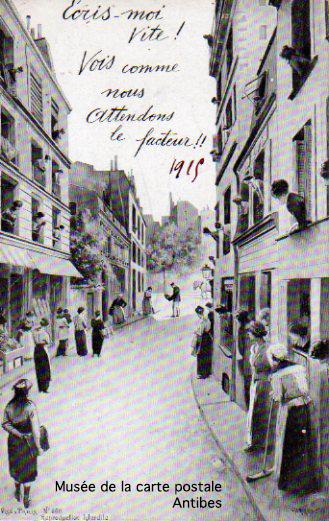 Carte postale représentant des familles dans l'attente des nouvelles par le facteur durant la première guerre mondiale.