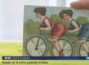 Carte postale animée ancienne représentant deux femmes sur un tandem, issue de l'exposition temporaire du musée de la carte postale consacrée au vélo et bicyclette.