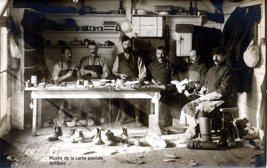 Carte postale représentant le métier de fabricant de chaussures, issue de l'exposition temporaire sur la chaussure au Musée de la carte postale d'Antibes.