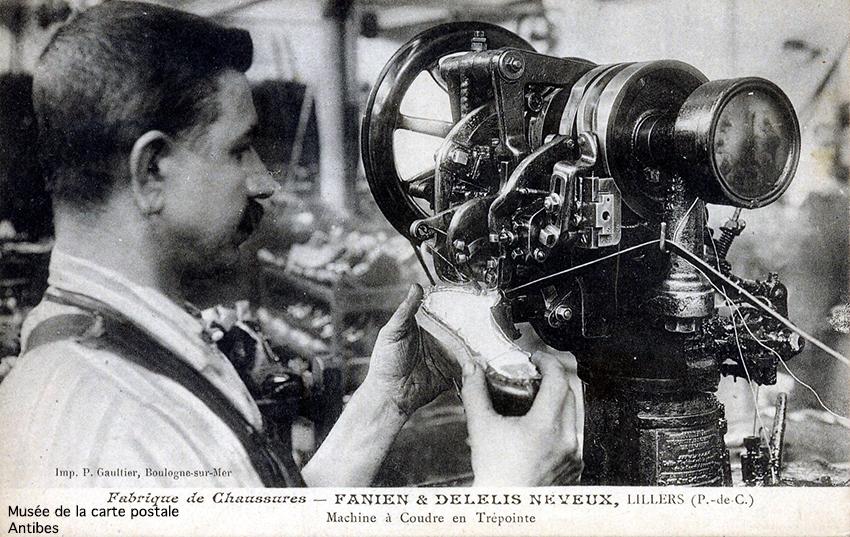 Carte postale représentant une machine à coudre de la fabrique de chaussures à Lillers, issue de l'exposition temporaire sur la chaussure au Musée de la carte postale d'Antibes.