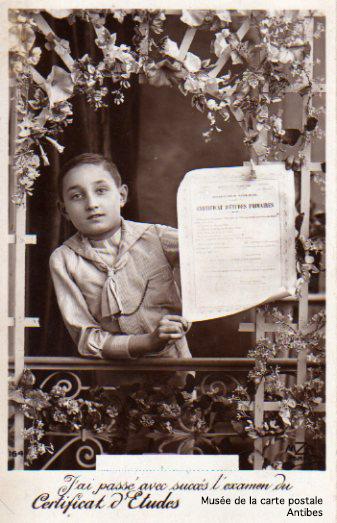 Carte postale illustrée représentant l'obtention du certificat d'études primaires.