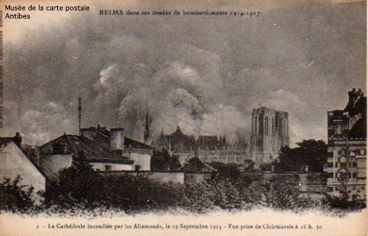Carte postale illustrée représentant Reims durant les bombardements de la première guerre mondiale.