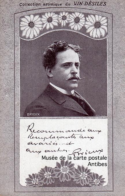 Carte postale ancienne avec autographe d'Eugène Brieux.