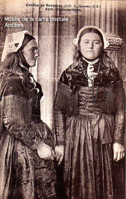 Carte postale ancienne représentant des femmes en costume traditionnel de Ouessant.