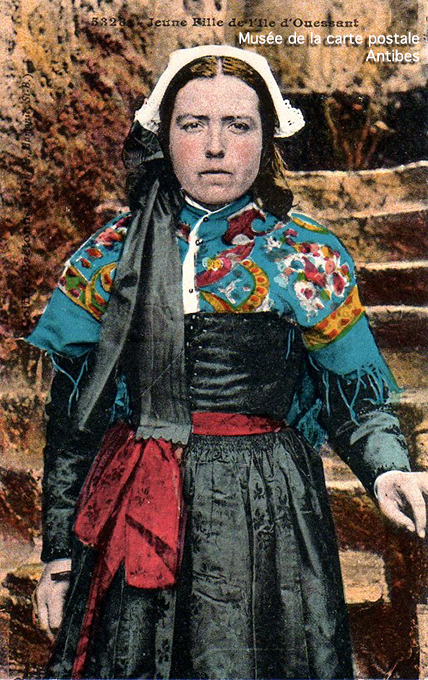 Carte postale ancienne représentant le costume d'une jeune fille à Ouessant.