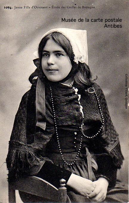 Carte postale ancienne représentant une jeune fille d'Ouessant en costume traditionnel.