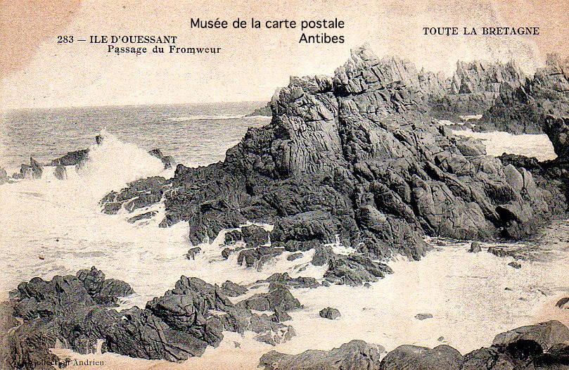Carte postale ancienne représentant le passage du fromweur sur l'île d'Ouessant.