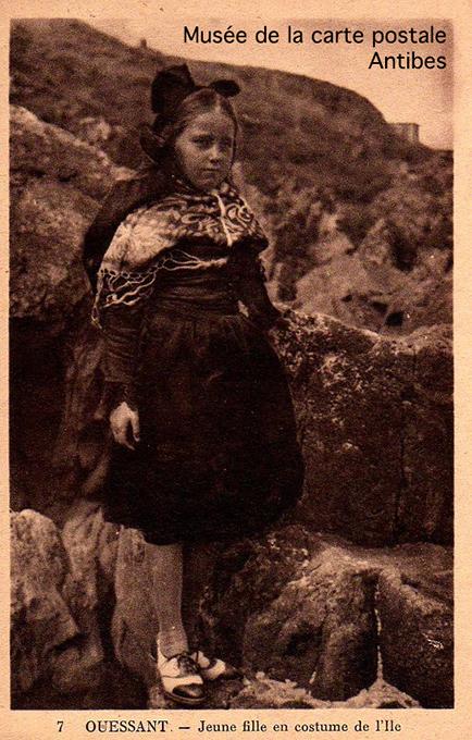 Carte postale ancienne représentant une jeune fille d'Ouessant en costume.