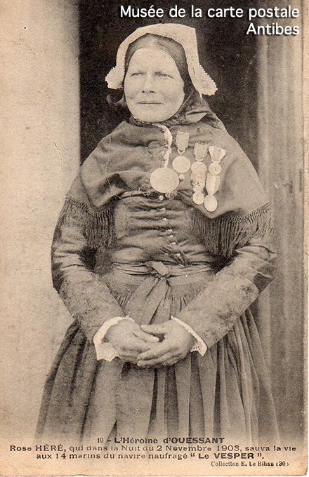 Carte postale ancienne représentant l'Héroïne de l'île d'Ouessant : Rose Héré.