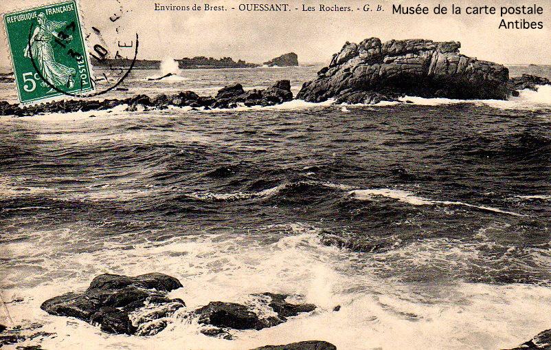 Carte postale ancienne représentant les rochers de l'île d'Ouessant.