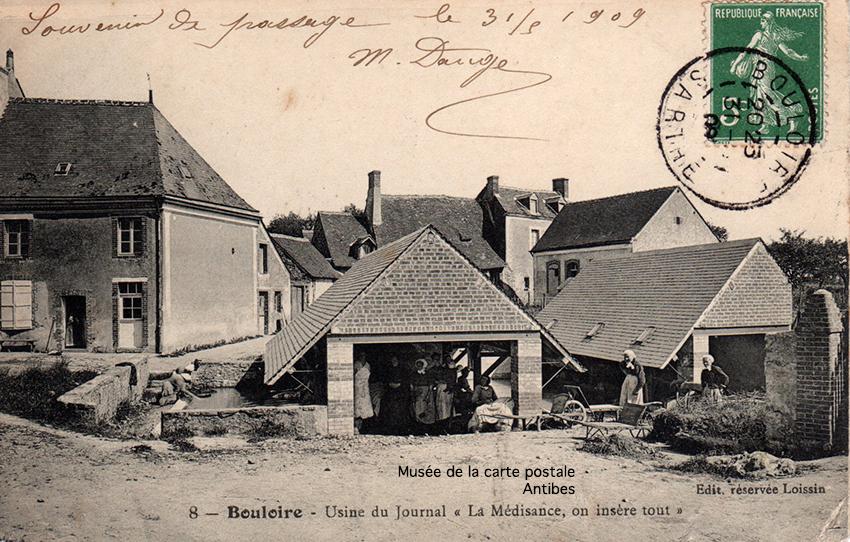 Carte postale ancienne représentant le lavoir de Bouloire, issue de l'exposition temporaire du Musée de la carte postale à Antibes sur les lavandières.
