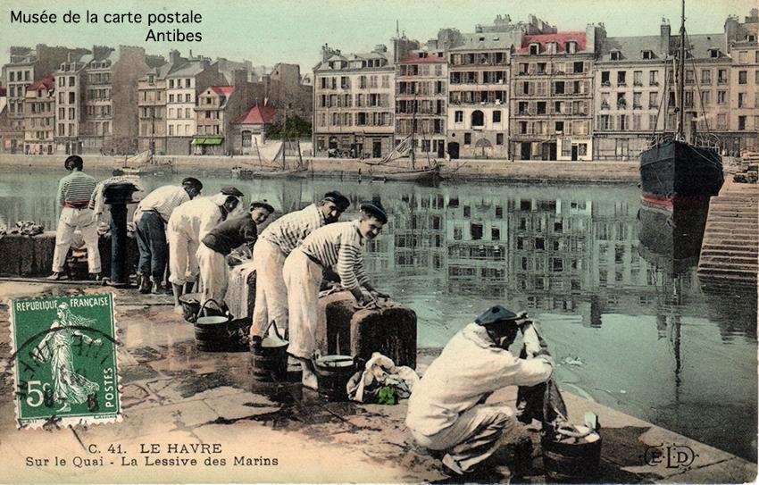 Carte postale ancienne représentant la lessive des marins dans Le Havre, issue de l'exposition temporaire du Musée de la carte postale à Antibes sur les lavandières.