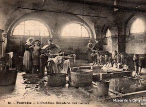 Carte postale ancienne représentant le lavoir de Pontoise à l'Hôtel-Dieu, issue de l'exposition temporaire du Musée de la carte postale à Antibes sur les lavandières.