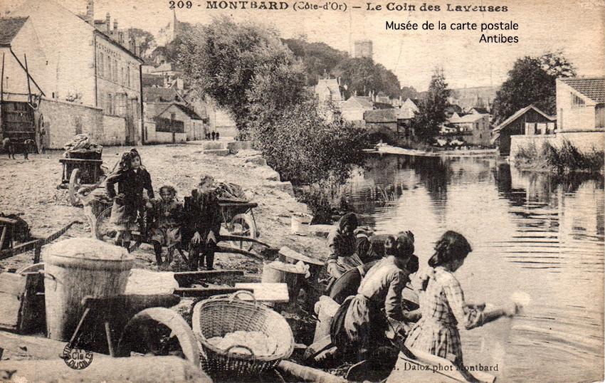 Carte postale ancienne représentant les laveuses à Montbard, issue de l'exposition temporaire du Musée de la carte postale à Antibes sur les lavandières.