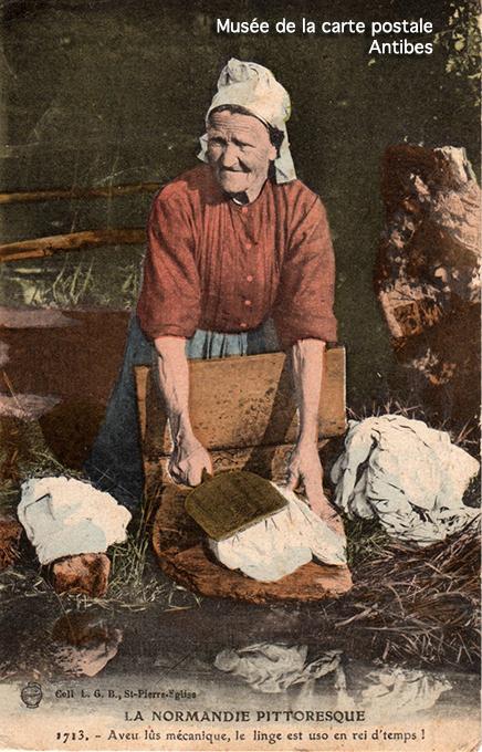 Carte postale ancienne représentant une lavandière de Normandie, issue de l'exposition temporaire du Musée de la carte postale à Antibes sur les lavandières.