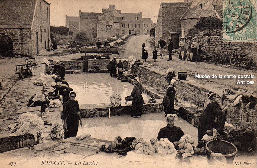 Carte postale ancienne représentant les lavoirs de Roscoff, issue de l'exposition temporaire du Musée de la carte postale à Antibes sur les lavandières.