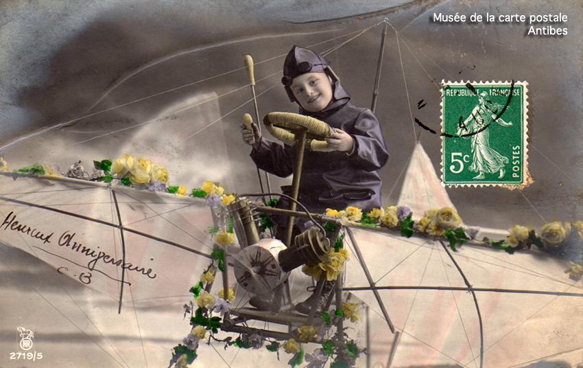 Carte postale photo montage représentant un enfant conduisant un avion.