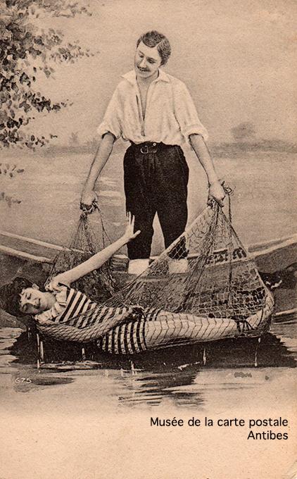 Carte postale photomontage d'une barque et de ses 2 baigneurs.
