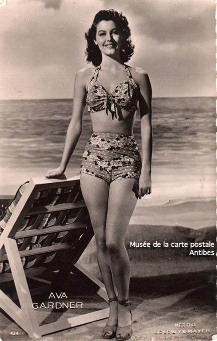 Carte postale représentant Ava Gardner, issue de l'exposition temporaire sur les stars en noir et blanc au musée de la Carte Postale, à Antibes.