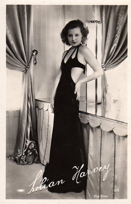 Carte postale représentant Lilian Harvey, issue de l'exposition temporaire sur les stars en noir et blanc au musée de la Carte Postale, à Antibes.