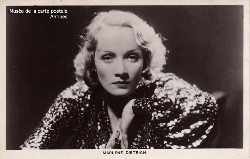 Carte postale représentant Marlène Dietrich, issue de l'exposition temporaire sur les stars en noir et blanc au musée de la Carte Postale, à Antibes.