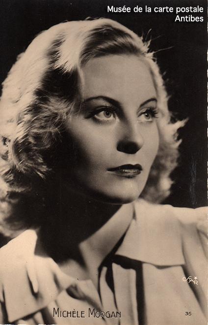 Carte postale représentant Michèle Morgan, issue de l'exposition temporaire sur les stars en noir et blanc au musée de la Carte Postale, à Antibes.