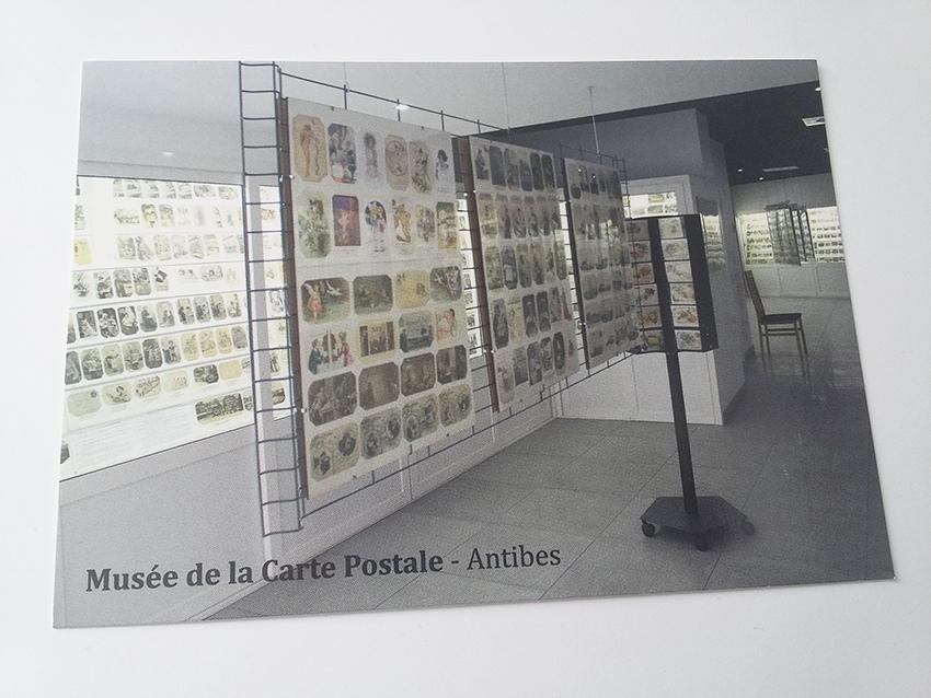 Recto de la carte postale souvenir du musée de la carte postale d'Antibes.