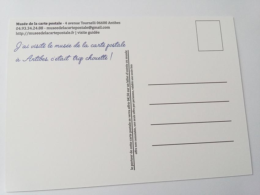 Verso de la carte postale souvenir du musée de la carte postale d'Antibes.