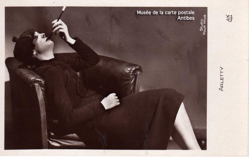 Carte postale représentant Arletty, issue de l'exposition temporaire sur les stars en noir et blanc au musée de la Carte Postale, à Antibes.