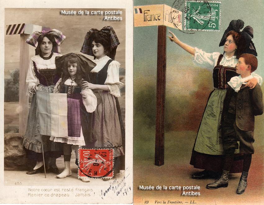 Carte postale ancienne représentant un poteau à la frontière franco-allemande avec des Alsaciennes et des Lorraines.