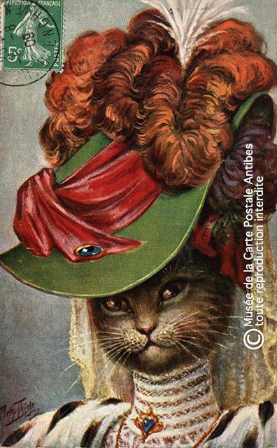 Carte postale ancienne représentant une chatte habillée comme une noble, issue de l'exposition temporaire sur les animaux humanisés, au Musée de la Carte Postale, à Antibes.