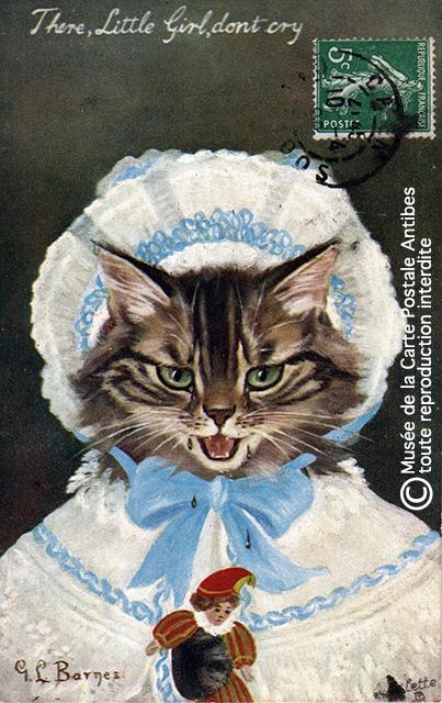 Carte postale ancienne représentant un chaton habillé comme un poupon, issue de l'exposition temporaire sur les animaux humanisés, au Musée de la Carte Postale, à Antibes.