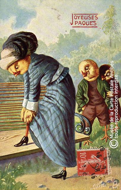 Carte postale ancienne représentant des poussins habillés, issue de l'exposition temporaire sur les animaux humanisés, au Musée de la Carte Postale, à Antibes.