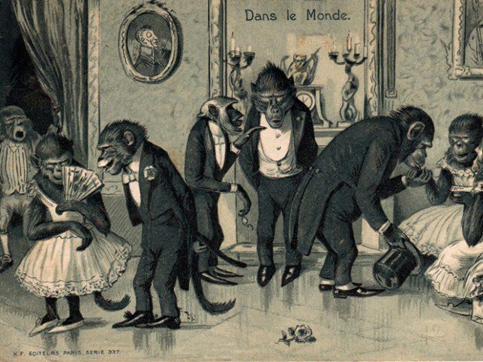 Carte postale ancienne représentant des singes habillés, issue de l'exposition temporaire sur les animaux humanisés, au Musée de la Carte Postale, à Antibes.