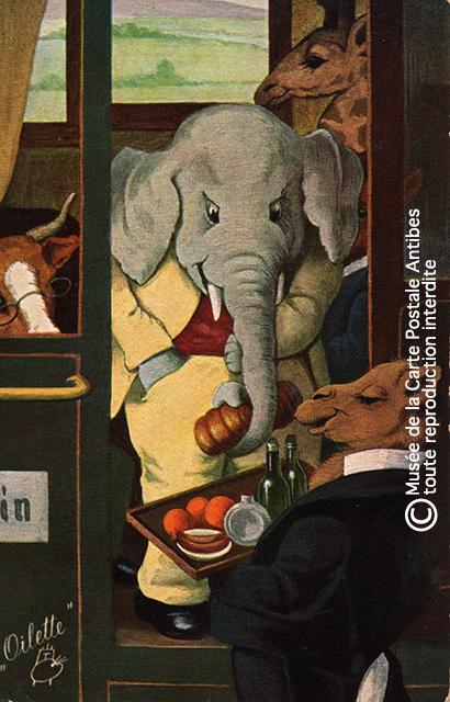 Carte postale ancienne représentant des animaux habillé comme des humains dans un train, issue de l'exposition temporaire sur les animaux humanisés, au Musée de la Carte Postale, à Antibes.