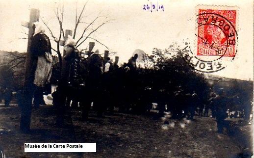 Carte postale représentant des pendaisons et horreurs de la guerre.