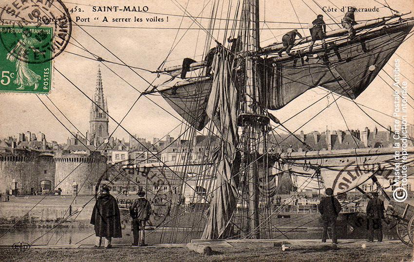 Carte postale ancienne représentant des marins sur un voilier dans le port de Saint-Malo, issue de l'exposition des grands voiliers au Musée de la Carte Postale, d'Antibes.