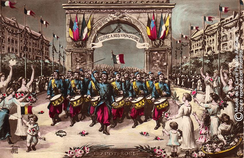 Carte postale représentant un arc de triomphe militaire, issue de l'exposition temporaire sur les Arcs de triomphe au Musée de la Carte Postale.