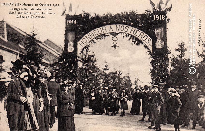 Carte postale représentant un arc de triomphe monument aux morts à Rosoy, issue de l'exposition temporaire sur les Arcs de triomphe au Musée de la Carte Postale.